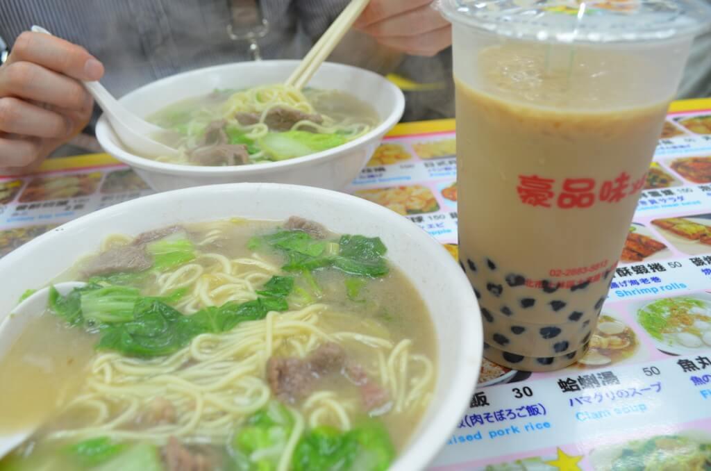 士林夜市 牛肉麺 タピオカミルクティー