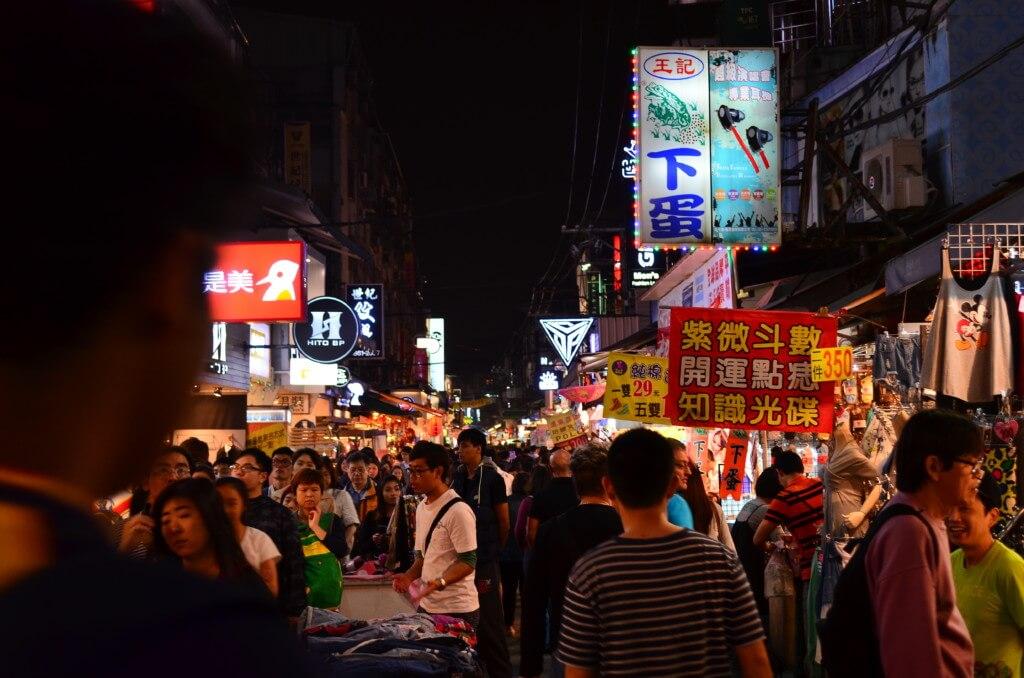 台北の士林夜市は人がいっぱいでお祭り縁日状態です