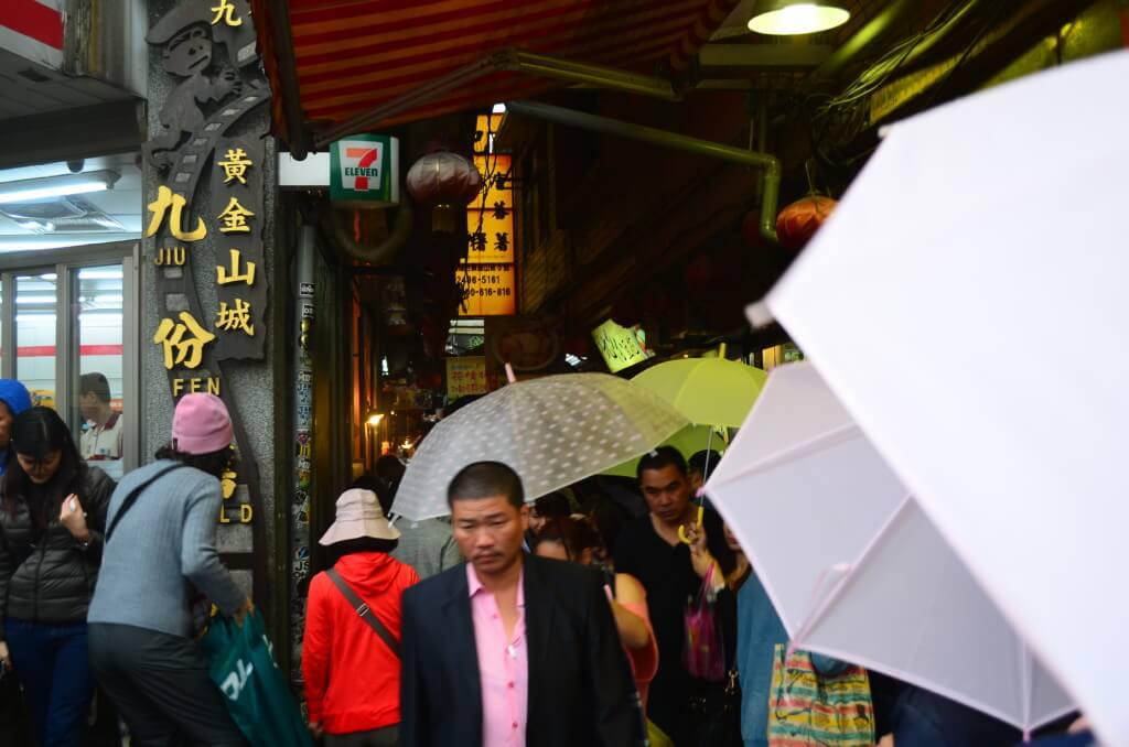 台北から日帰りで行ける九份はお土産屋さん、飲食店が細い道に連なっている!