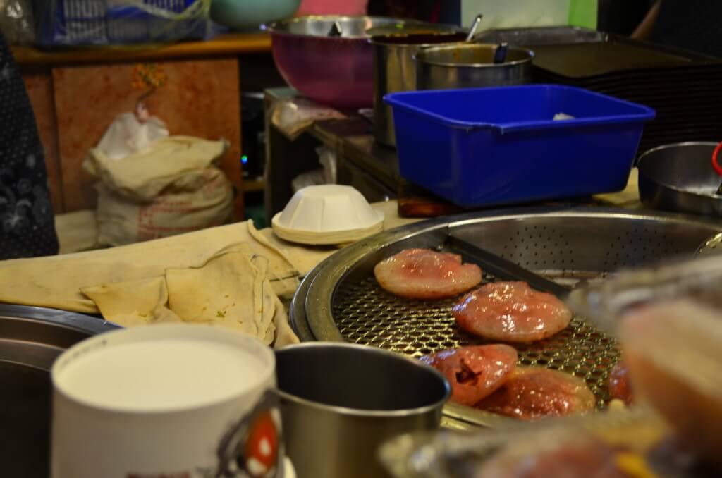 台湾九份に来たら食べ歩き!飲み歩き!「紅糟肉圓」に「芋圓」を食べるよ!