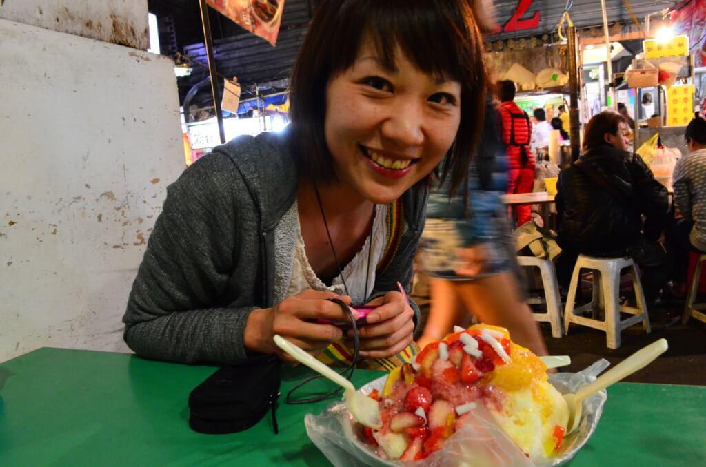 饒河街観光夜市(じょうががいかんこうよいち)は胡椒餅よりもおすすめはマンゴーかき氷