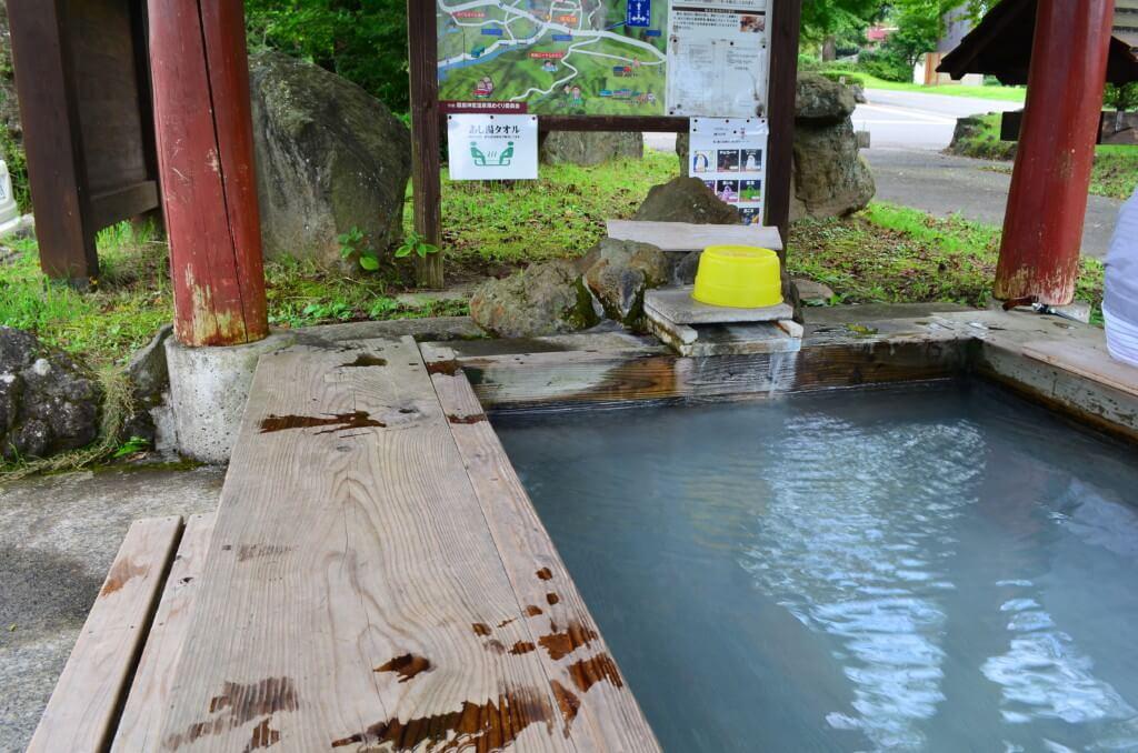 霧島神宮の入り口には「無料の足湯」があるよ!