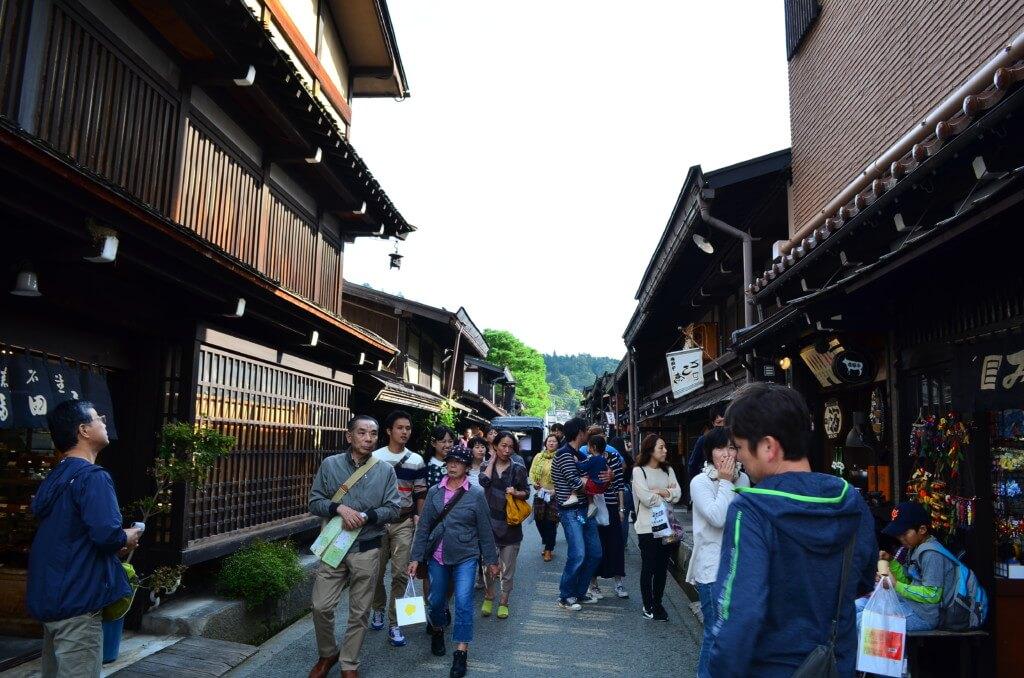飛騨高山の街も外国人観光客が白川郷よりもさらに多い!ホテル・民宿などの「箱モノ」が足りないって!