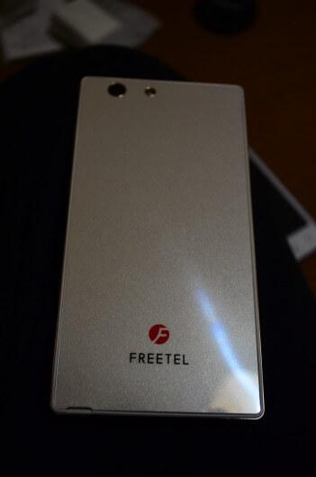 Freetel Samurai MIYABI(雅)のバックカバーを変えることができる!