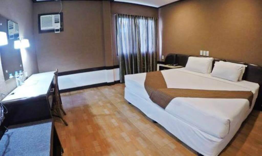 ホリデー スパ ホテル(Holiday Spa Hotel)は本格的なプールにウォシュレットまである