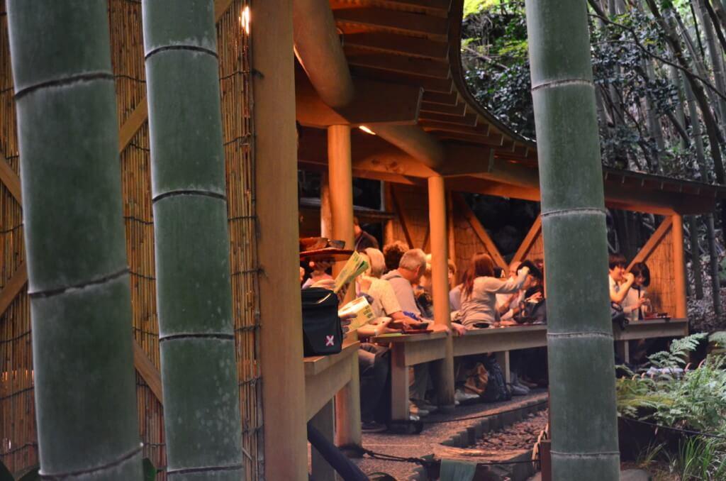 報国寺で抹茶とお菓子を頂きながら、竹林を眺めるデートは最高ですよ!