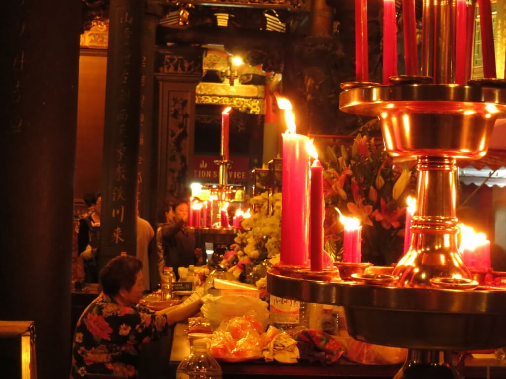 龍山寺は静寂の中で落ち着いた雰囲気とお線香の香りが漂い、とても安らぐ空間なのです
