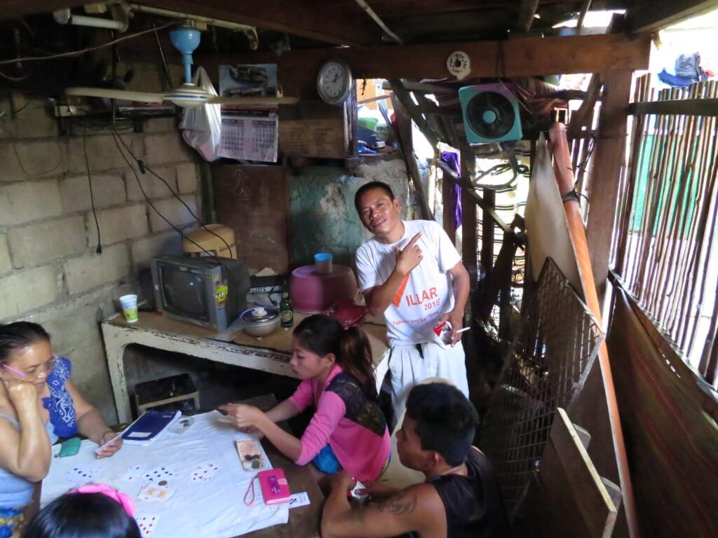 意外と金があるフィリピンのバランガイのフィリピーノはトンイツ・闘鶏・酒・タバコ、あとは女の子を目で追いかけている日常