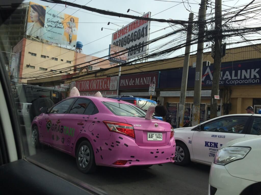 なんとセブ市内をネコ耳ピンクタクシーが走っているではないか!?