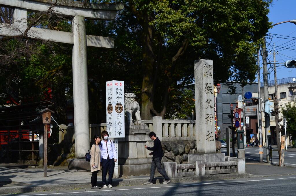 じんたんがゆきあつと揉めた秩父神社とその前の観光案内所がある自販機