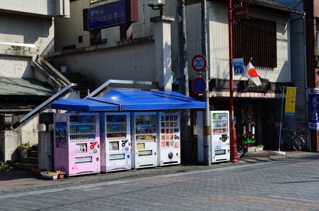 秩父神社前の自動販売機は「つるこ」と「あなる」が見守っていた場所