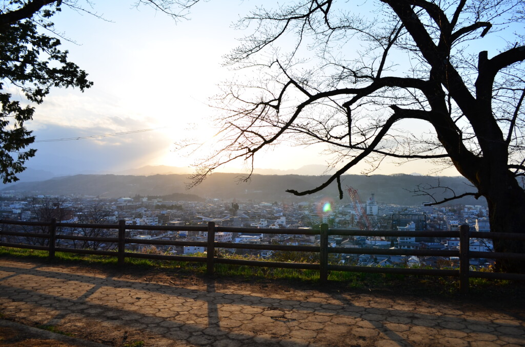 あの花のオープニングシーンで使われる羊山公園のぽっぽが座っている景色からの夕日は最高です