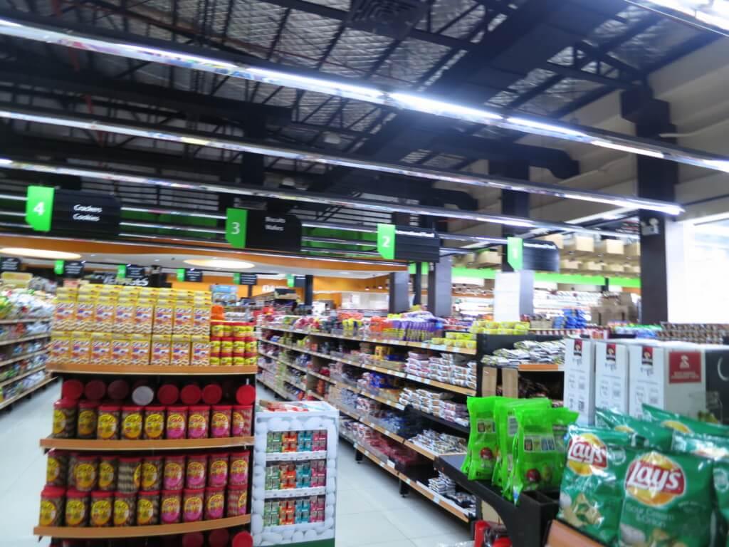 セブ島のスーパーは無駄にレジが多いけど、稼動しているレジは2~3台で一つのレジにはレジ打ちと袋づめする係り