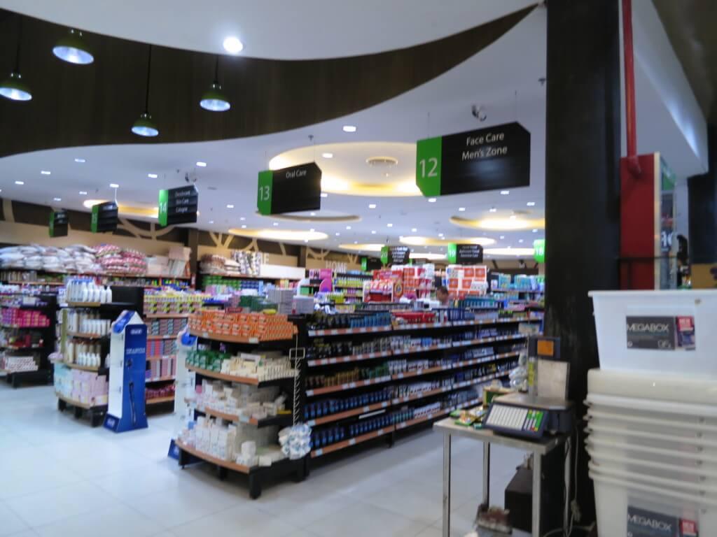セブ島のスーパーで客がカートに山のように商品を積めている理由とは?