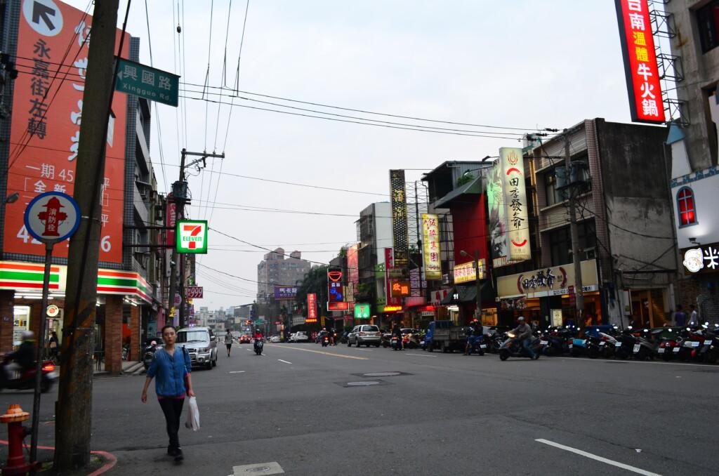 中歴を観光すると都会だけど東南アジアから出稼ぎ労働者が多い