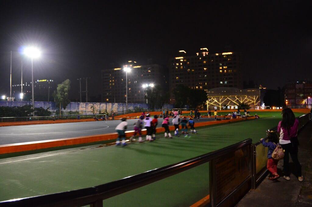 中壢観光夜市 公園 スケート練習