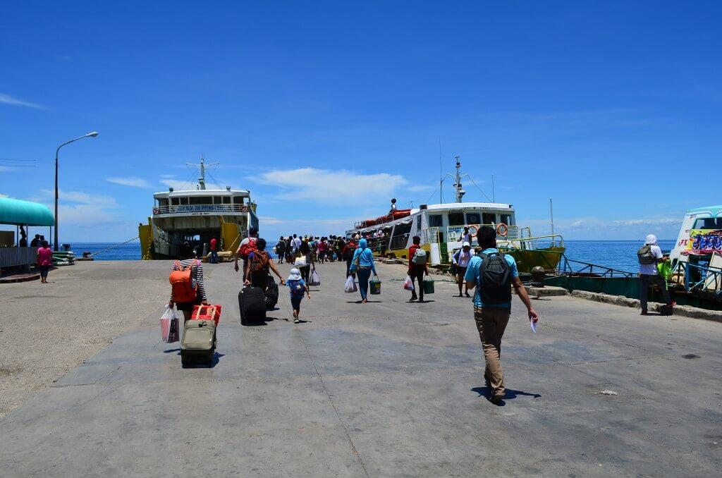 ダナオ島からフェリーでカモテス島の港「コンスエルノ(Consuelno)」へ!