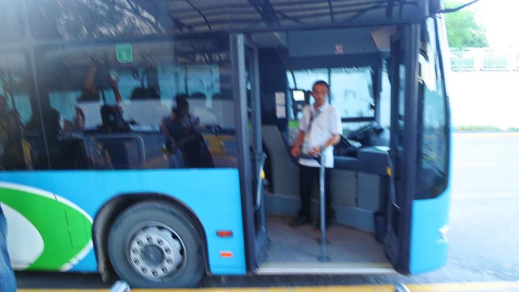 セブ・マクタン空港から市内へ行く人にタクシーや空港シャトルバスの詳細を説明するよ