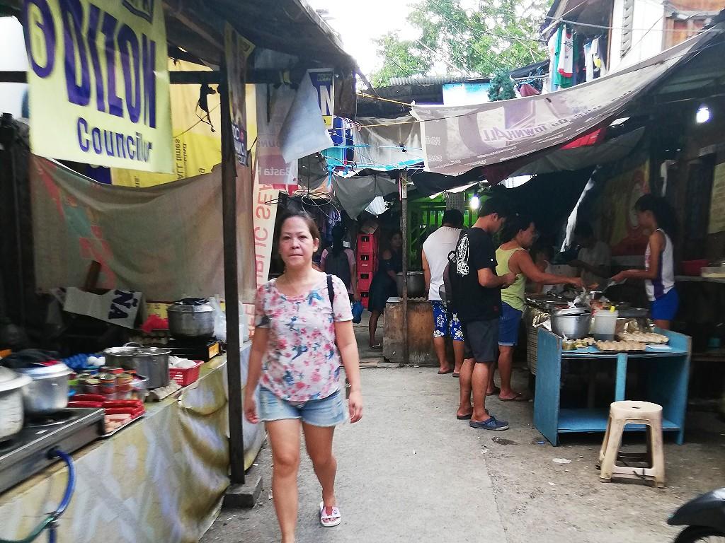 フィリピンの庶民の生活の場のバランガイでは食べ物は白飯と酢も日常です