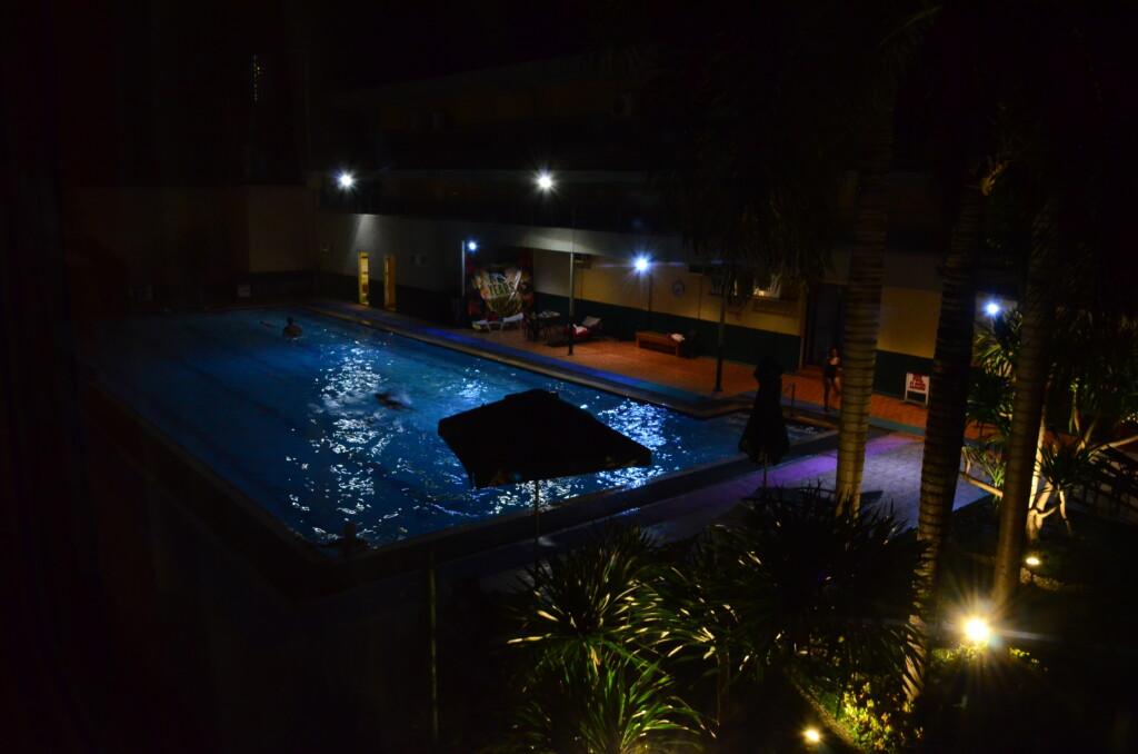 Holiday Spa Hotel(ホリデースパホテル)のプールがすごい!25Mプール?本格的にフィリピン人がコーチとともにレッスンしてる!