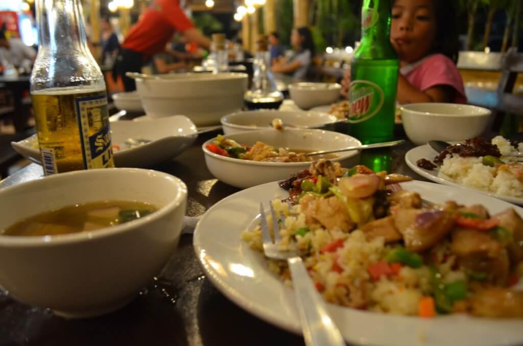 オロキエタのおすすめレストランは市民の集まるチキンアテアテ(Chicken Ati-Atihan)