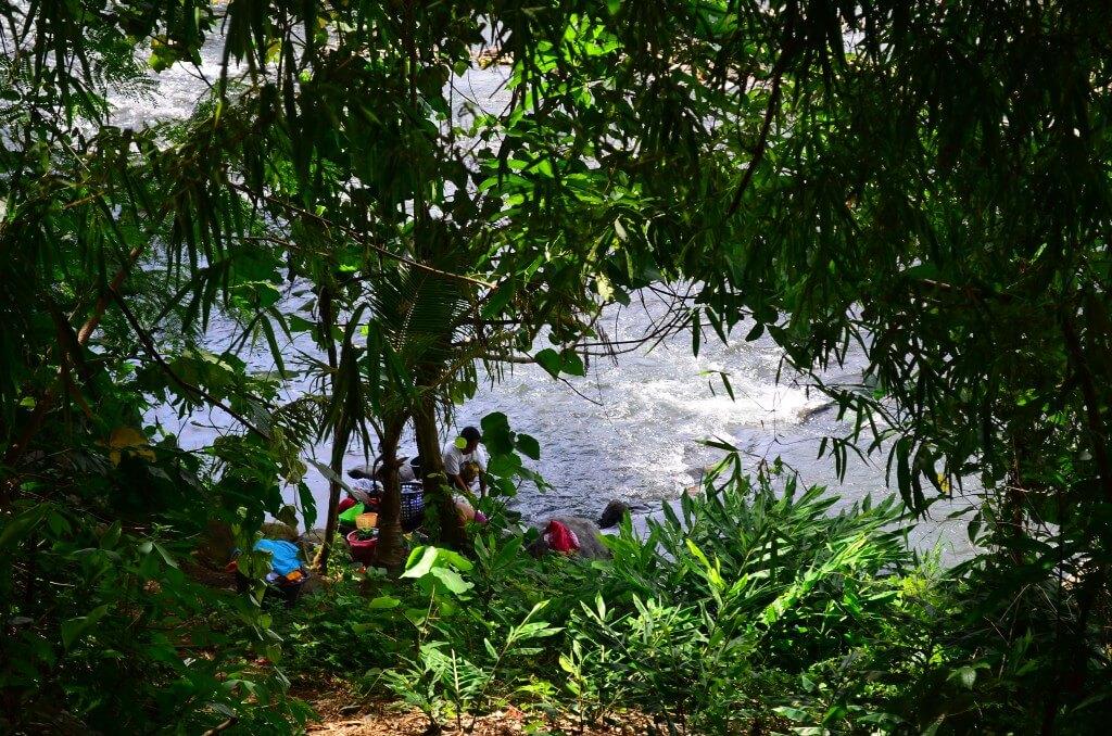 川で洗濯 フィリピン 田舎