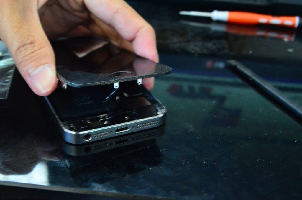 iPhoneバッテリー交換修理の最大の難所! バッテリーはずし!両面テープは切るな!