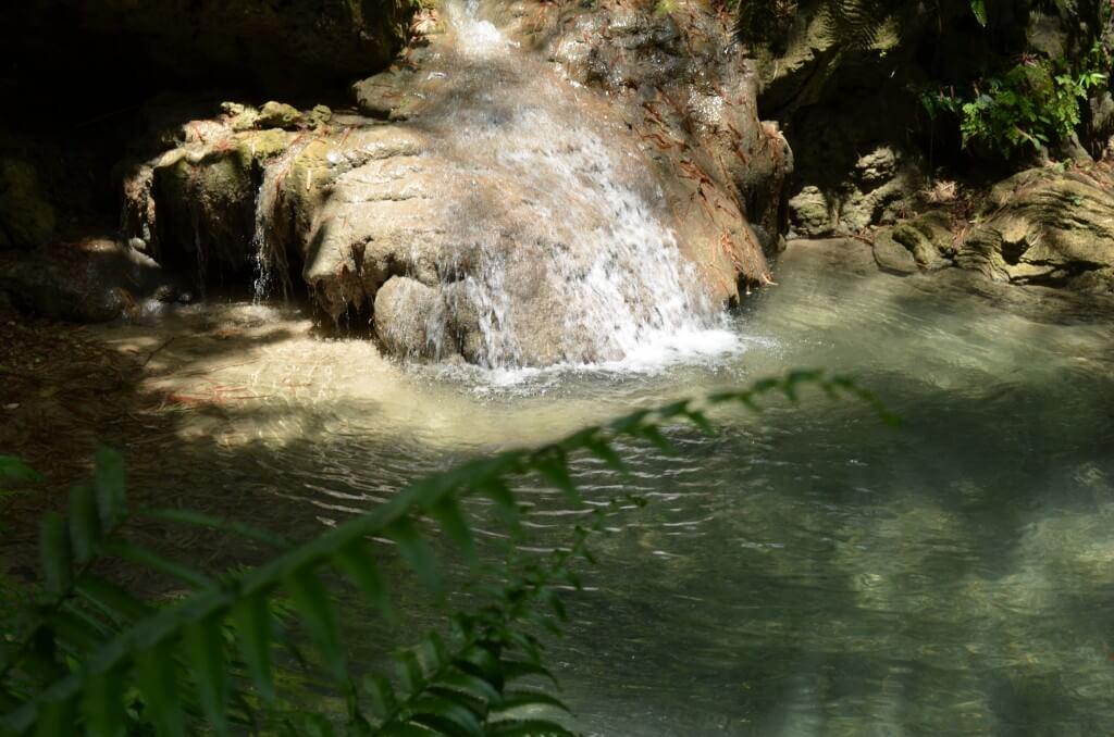 ツマログ滝の観光で自然いっぱいの中に現れたものは?