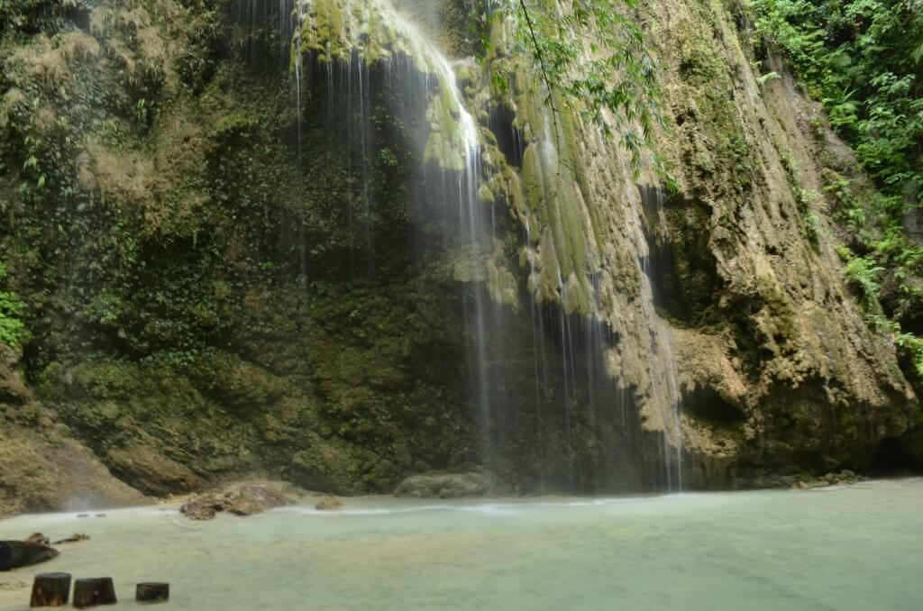 「ツマログ滝(Tumalog fall)」は自然いっぱいのキレイな小さな滝だよ
