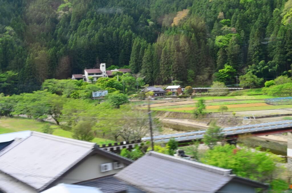 飯田線は「ワンマン列車」だよ!ドアの開閉はボタンを押さないと行けないよ♪