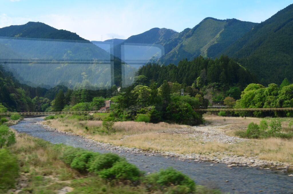 JR飯田線城西駅で名物の「渡らずの鉄橋」