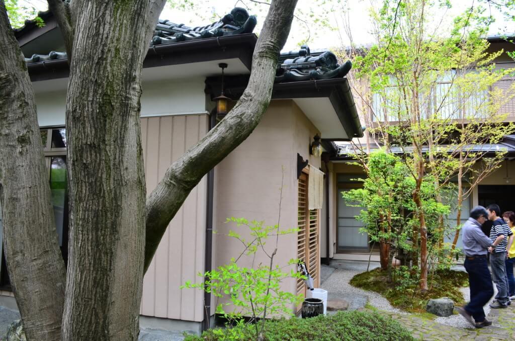 長野の岡谷市の蕎麦「あきしの」でお座敷に日本庭園と落ち着く場所で信州そばを食べよう