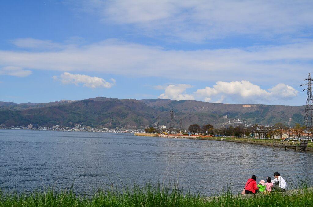 「君の名は。」の糸守湖は諏訪湖がモデルで立石公園が聖地