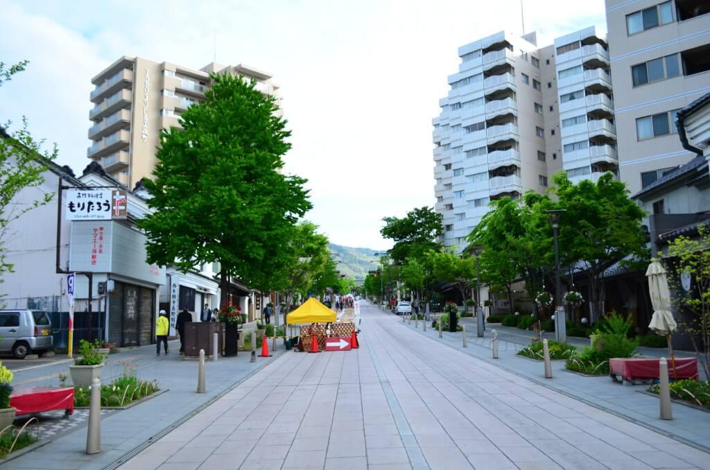 長野駅から表参道(中央通り)は街路樹や商店街、お土産屋などが江戸時代の屋敷のような感じで建っている!