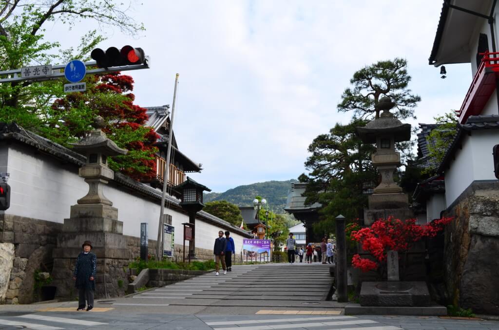 長野の善光寺の観光は早朝のお朝事(あさじ)お数珠頂戴