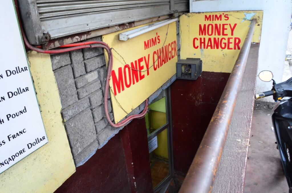 セブ島で夜遊び好きならマンゴーストリートのオスメニア サークル(フェンテ オスメニア)のロビンソンから続く歩道橋の下の両替所のMim's money change