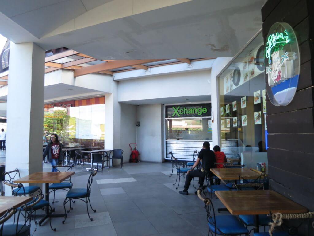 アヤラモールの中庭レストラン3階のX change Forex