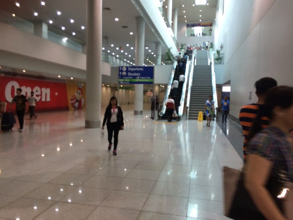 マニラ空港(ニノイ・アキノ国際空港)のターミナル3の1階到着ロビーの「バーガーキング(BURGER KING)」の奥
