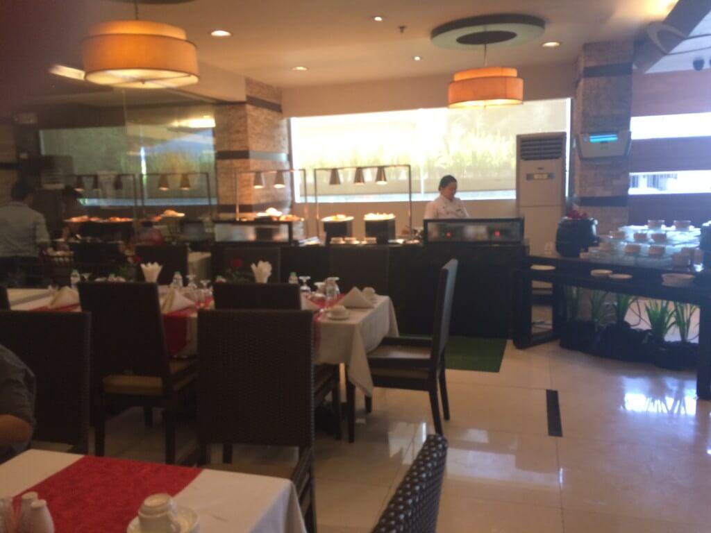 エルフィッシャーホテルの豪華な朝食ビュッフェに屋上プールにバーやジム、マッサージ