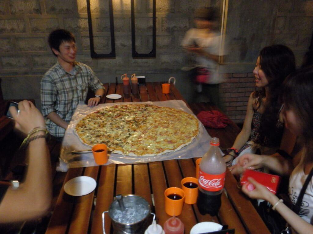 食べきれないほどの巨大ピザがやってくる