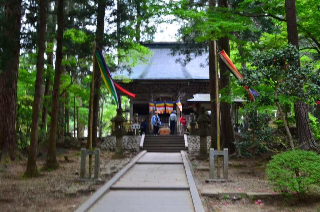 中尊寺の入り口には弁慶の墓がある!もちろん弁慶堂もあるよ!