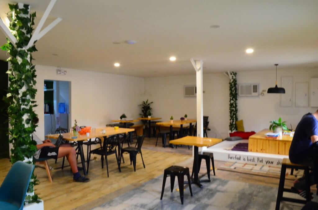 宿泊者は併設のコワーキングスペースを無料で利用できる