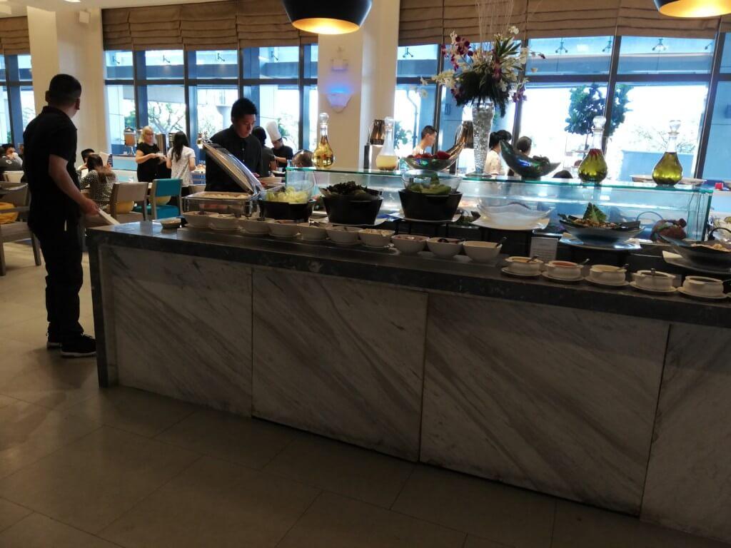 サヴォイホテルマニラ(SAVOY HOTEL MANILA)の夜・朝・昼のフリーミール(食事)付き