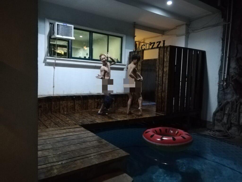 ジャグジーにプールがある