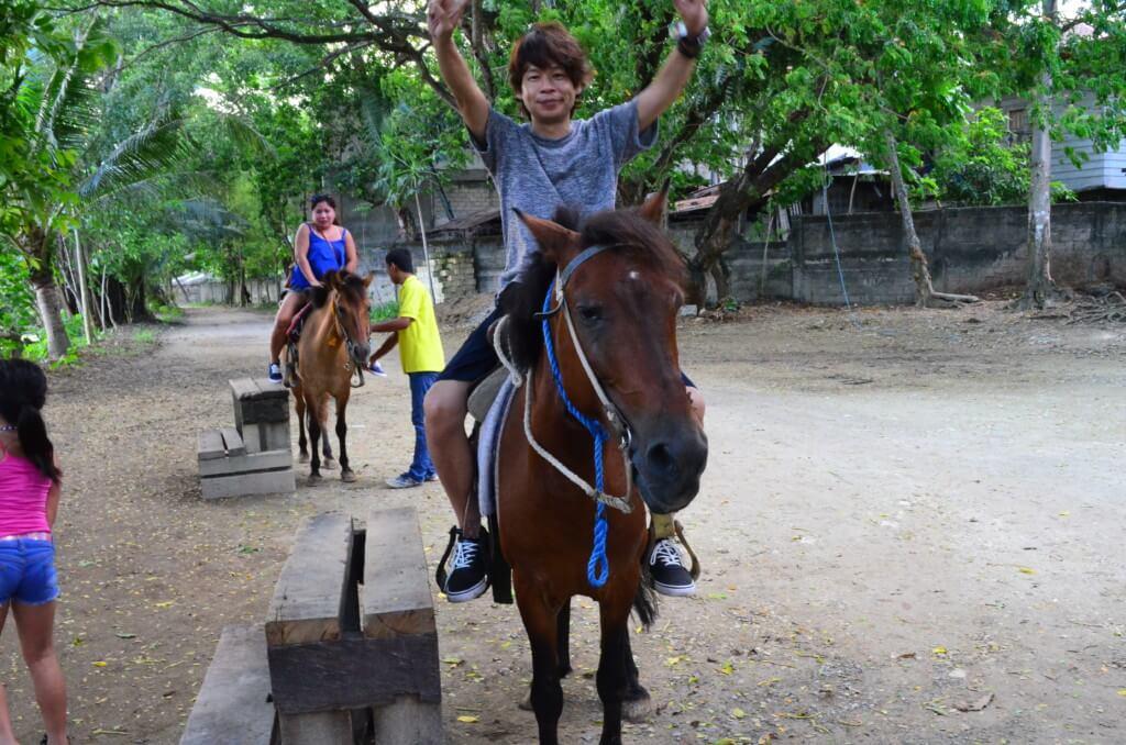 乗馬やカヤックなどの乗り物もあるよ
