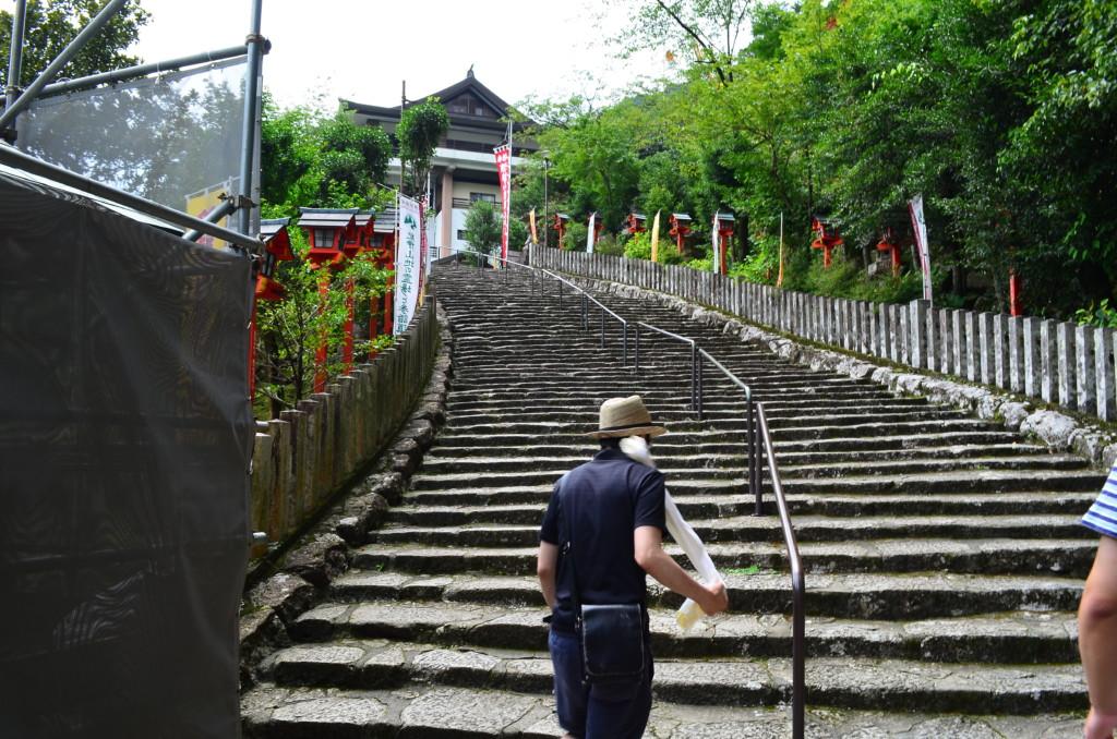 那智の滝から熊野那智大社までは467段の階段が大変