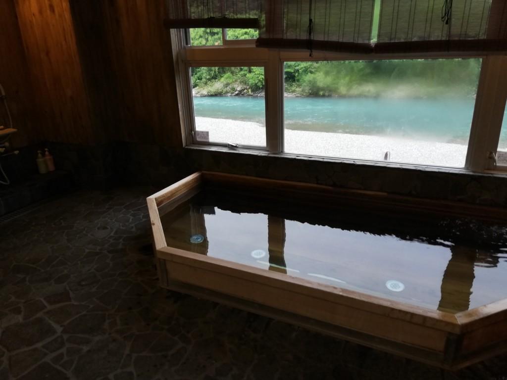 龍神温泉の泉質が味わえて川が眺めれるひのき風呂