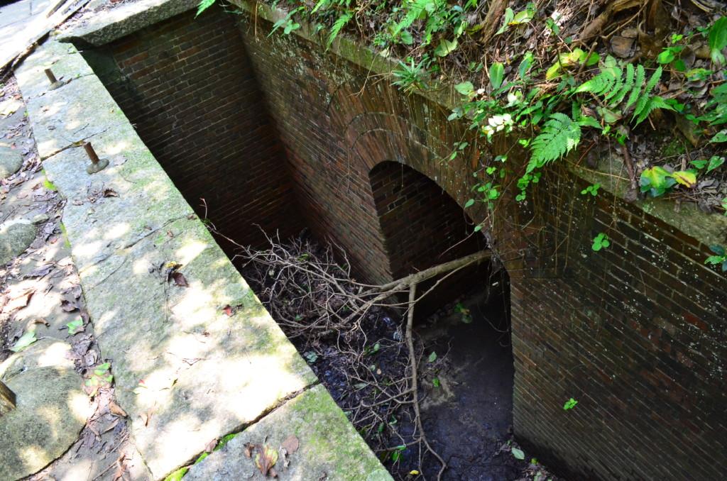 砲座の下のトンネルは繋がっていて長い